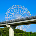 リニモの橋脚越しに見た愛・地球博記念公園の大観覧車