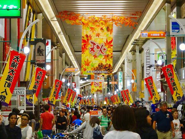 大勢の人で賑わう秋の大須商店街