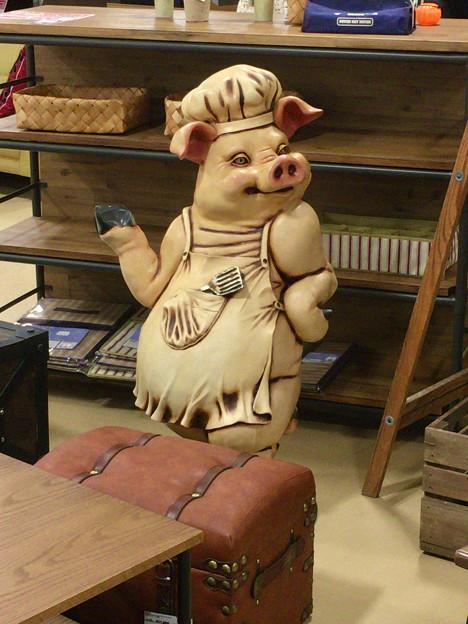 ザ・モール春日井の家具屋に置いてある、ユーモラスな豚の置物 - 1