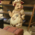 写真: ザ・モール春日井の家具屋に置いてある、ユーモラスな豚の置物 - 1