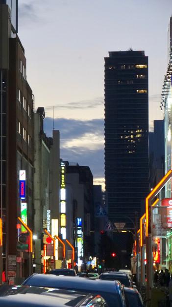 栄の繁華街から見た御園座ビル