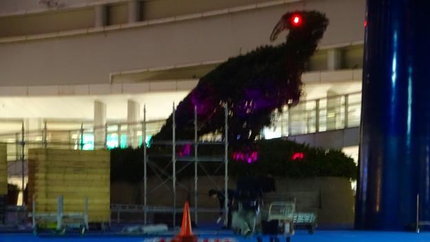 オアシス21:イベント撤収作業中の光景と赤く目を光らせる恐竜像 - 2