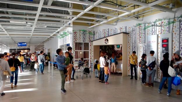 オープン1ヶ月後でも大勢の人で賑わう「IKEA長久手」 - 15:入り口前の子供預かりセンター「スモーランド」