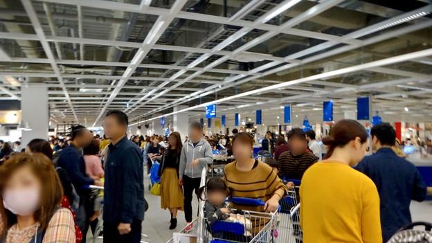 オープン1ヶ月後でも大勢の人で賑わう「IKEA長久手」 - 19:大勢の人が買い物終えて出てきたレジ前