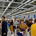 写真: オープン1ヶ月後でも大勢の人で賑わう「IKEA長久手」 - 19:大勢の人が買い物終えて出てきたレジ前