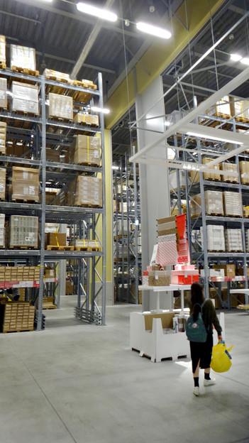 オープン1ヶ月後でも大勢の人で賑わう「IKEA長久手」 - 31:巨大な棚がある1階の倉庫兼ショールーム