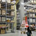 写真: オープン1ヶ月後でも大勢の人で賑わう「IKEA長久手」 - 31:巨大な棚がある1階の倉庫兼ショールーム