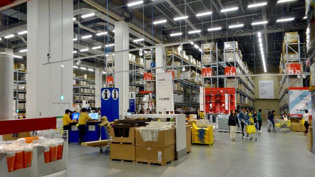 オープン1ヶ月後でも大勢の人で賑わう「IKEA長久手」 - 36:巨大な棚がある1階の倉庫兼ショールーム