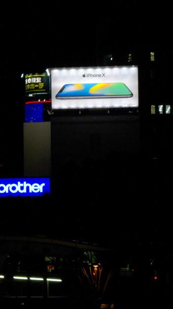 久屋大通沿いの目立つ「iPhone X」の広告(夜) - 2