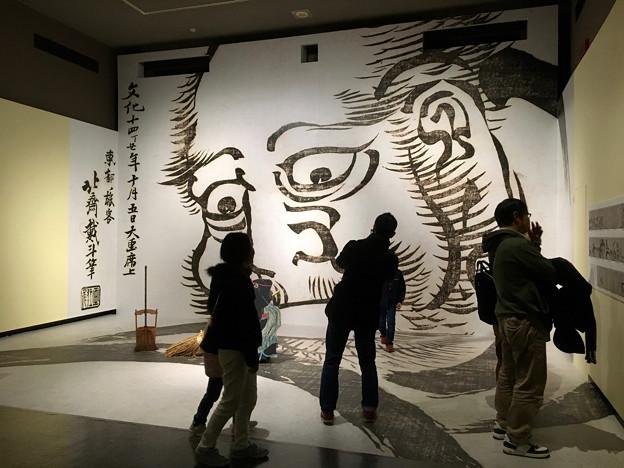 名古屋市博物館:特別展『北斎だるせん!』No - 7(特別展内の撮影スポット、大だるまを描く北斎)