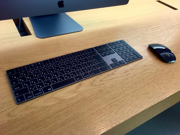 Appleストア名古屋栄に展示されてた「iMac Pro」 - 4:黒いMagic KeyboardとMagic Mouse