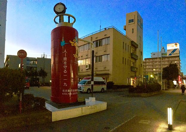 写真: 名古屋市北消防署入り口にあるでっかい消火器(?)のオブジェ - 2:パノラマ