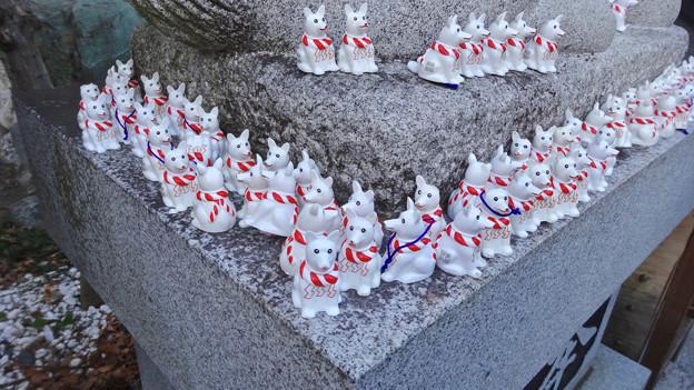 戌年で賑わう2018年正月の「伊奴(いぬ)神社」 - 31:犬石像の下に小さい犬の置き物!?
