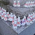 写真: 戌年で賑わう2018年正月の「伊奴(いぬ)神社」 - 31:犬石像の下に小さい犬の置き物!?