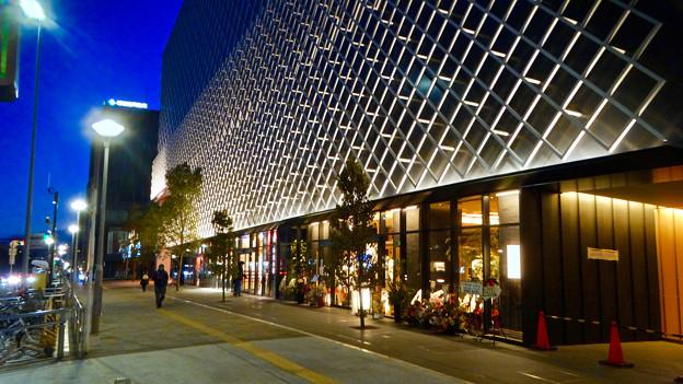 写真: 建物が完成した4月再開場予定の御園座 - 3:1階部分に先行オープンした土産屋兼飲食店「御園小町」