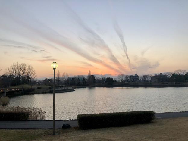落合公園:落合池の夕焼け - 5(空に伸びる三本の雲)