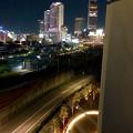 グローバルゲート最上階から撮影した夜の名駅ビル群(iPhone 8で撮影) - 5:1階にある光るベンチ(?)とビル群
