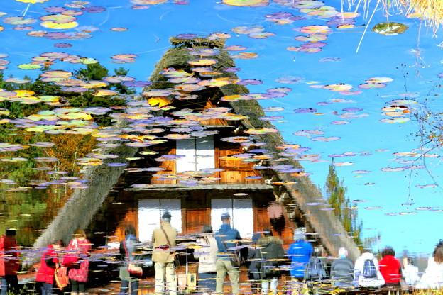 写真: 秋の白川郷の賑わい