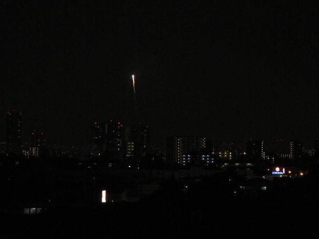 写真: 花火が上がっていきます