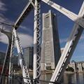 写真: 鉄橋の中のランドマーク