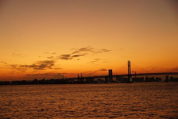 写真: 夕闇のベイブリッジ