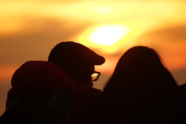 写真: 眼鏡に沈む夕日