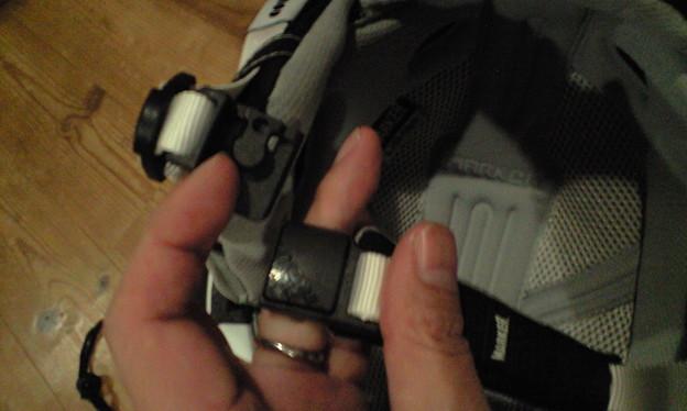 マグネット式のバックルは片手で操作できます。