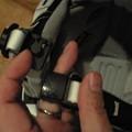 Photos: マグネット式のバックルは片手で操作できます。
