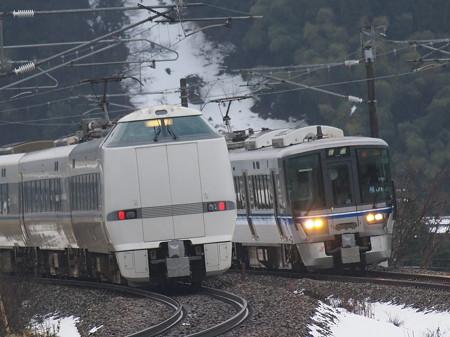 521系普通と683系サンダーバードとの離合 北陸本線津幡~倶利伽羅