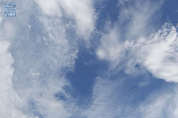 やさしい雲の切れ間からの青空 ~夏空ぽくない~25mmの空は広く遠くデジカメも良い!