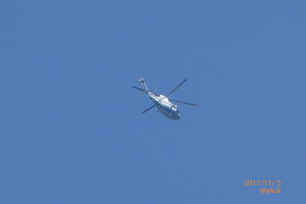 写真: 12:06 TBS報道ヘリコプターも川越名門ゴルフ場へGo~Blue&White爽やか機体~トランプ来日11.5
