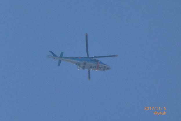 写真: 12:22 なぜか神奈川県警のヘリも川越名門ゴルフ場へ警備Go~青空に青い機体に尖ってる期待~トランプ来日11.5