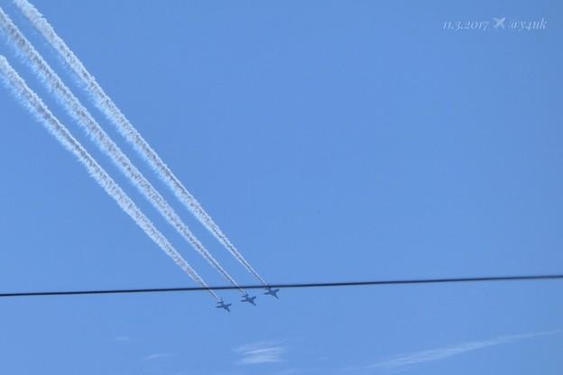 写真: 13:47ブルーインパルスモーク~電線ごしー!