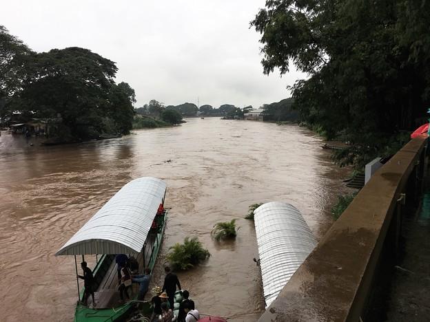 大増水の国境の川 (2)