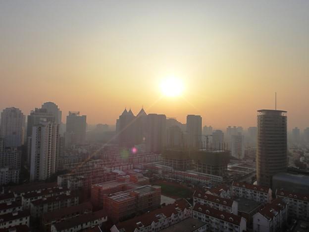 1月31日の夕日と街