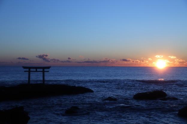 写真: 神秘の日の出