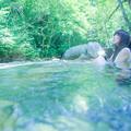 写真: 川の流れに身を任せ