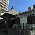 写真: 法禅寺-05流民叢塚碑・納骨堂 & 板碑覆堂
