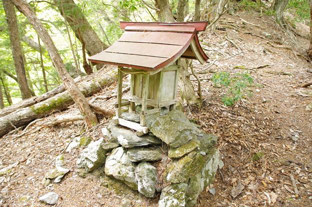 登山道から外れた神社