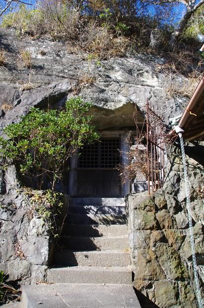 両山奥之院の石窟