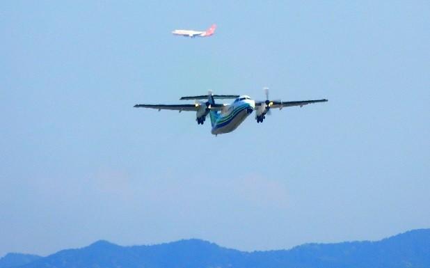 離陸する飛行機と最終アプローチの飛行機