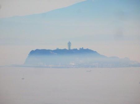 靄に浮かぶ江の島
