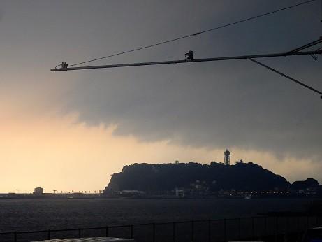雷雲が江の島に接近