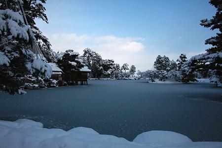 霞が池と内橋亭  雪化粧