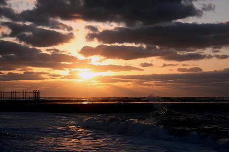 冬の日本海 夕日と光芒