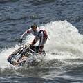 写真: 水上バイク