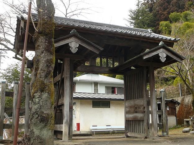 碓井関所の東門(昭和30年に復元)けやき材