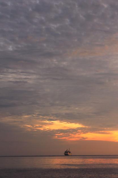 写真: 空と船と