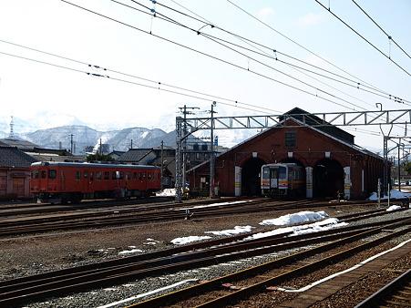 キハ52-156とキハ120と煉瓦車庫(糸魚川駅)