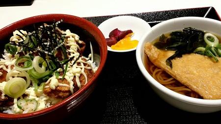 晩ごはん。 からマヨ丼とミニそばセット。 980円也ー。